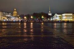 La cathédrale d'Amirauté et de St Isaac illuminée la nuit dedans Photo stock