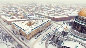 La cathédrale d'Isaac dans le tir aérien de St Petersburg banque de vidéos