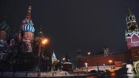 La cathédrale de Basil de saint, horloge de Kremlin, mur de Kremlin, panorama, nuit, aucune personnes clips vidéos
