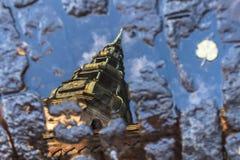 La cathédrale de dôme à Riga dans la réflexion de magma d'automne Image stock