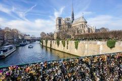 La cathédrale de Notre Dame, la Seine et le Pont de l ` Archevêché avec beaucoup de serrures de forever aiment Paris, France Photographie stock libre de droits