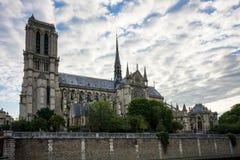 La cathédrale de Notre-Dame De Paris avec le ciel nuageux bleu images stock