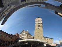 La cathédrale de Pistoie du saint Zénon et de la tour de cloche s'est reflétée par le miroir sphérique Pistoie, Toscane Italie photographie stock libre de droits
