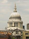 La cathédrale de rue Paul de dôme à Londres Images libres de droits