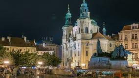 La cathédrale de Saint-Nicolas baroque sur la place d'Oldtown à Prague avec le monument Jan Hus illuminé au timelapse de nuit banque de vidéos