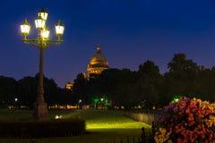 La cathédrale de St Isaac sont illuminées sous la pluie Image libre de droits
