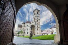 La cathédrale de St Michael encadrée par la vieille porte Photographie stock libre de droits