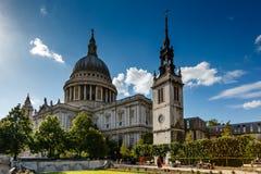 La cathédrale de St Paul à Londres sur Sunny Day Photographie stock libre de droits