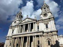 La cathédrale de St Paul dans la ville de Londres Photographie stock