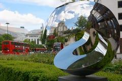 La cathédrale de St Paul reflétée dans une sculpture Photos libres de droits