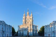 la cathédrale dernier Pétersbourg lourd rayonne le soleil smolny de tempête de rue de la Russie Photo stock