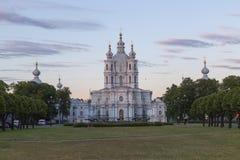 la cathédrale dernier Pétersbourg lourd rayonne le soleil smolny de tempête de rue de la Russie Photographie stock