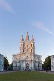 la cathédrale dernier Pétersbourg lourd rayonne le soleil smolny de tempête de rue de la Russie Images libres de droits