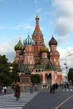 La cathédrale du basilic de rue dans le grand dos rouge Images stock