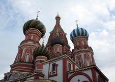 La cathédrale du basilic de rue dans le grand dos rouge, groupe Photographie stock