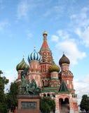 La cathédrale du basilic de rue dans le grand dos rouge, groupe Image libre de droits