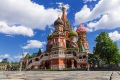 La cathédrale du basilic de rue sur le grand dos rouge à Moscou, Russie photographie stock libre de droits