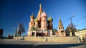 La cathédrale du basilic de rue sur le grand dos rouge à Moscou, Russie banque de vidéos