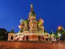 La cathédrale du basilic de rue sur le grand dos rouge à Moscou, Russie (Nuit vi Image stock