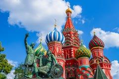La cathédrale du basilic de saint sur le grand dos rouge à Moscou Photo libre de droits