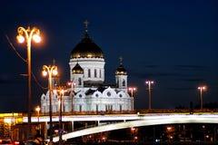 La cathédrale du Christ le sauveur et le Bolshoy Kamenny jettent un pont sur le soir moscou Russie Photos libres de droits