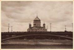 La cathédrale du Christ le sauveur et le Bolshoy Kamenny jettent un pont sur Moscou, Russie Image libre de droits