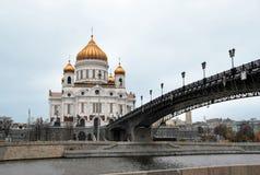 La cathédrale du Christ le sauveur et le Patriarshy jettent un pont sur Photo libre de droits