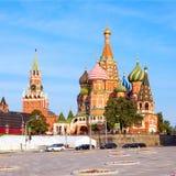 La cathédrale du ` s de Basil de saint dans la place rouge et le Kremlin dominent dans Mosco Photos stock