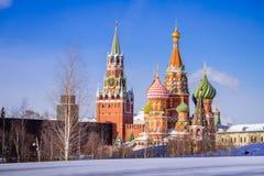 La cathédrale et le Spassky du ` s de St Basil dominent dans les WI de matin d'hiver Images stock