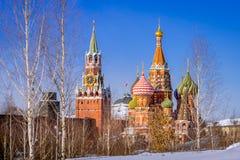 La cathédrale et le Spassky du ` s de St Basil dominent dans les WI de matin d'hiver Photo stock
