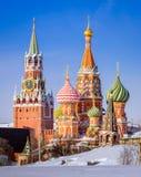 La cathédrale et le Spassky du ` s de St Basil dominent pendant l'hiver Photos libres de droits