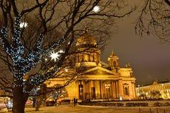 La cathédrale et les lanternes de St Isaac ont décoré les arbres Photos stock