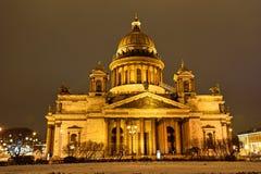 La cathédrale et les lanternes de St Isaac ont décoré les arbres Images stock