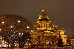 La cathédrale et les lanternes de St Isaac ont décoré les arbres Photo libre de droits