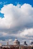 La cathédrale et les nuages de St Paul Images stock
