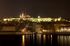 La cathédrale et Prague de rue Vitus se retranchent la nuit Photographie stock libre de droits