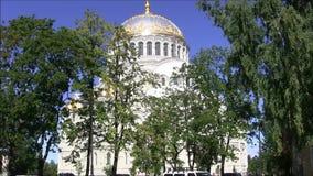 La cathédrale navale de Saint-Nicolas dans Kronstadt banque de vidéos