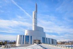 La cathédrale Nordlyskatedralen de lumière du nord dans Alta en Norvège photographie stock libre de droits