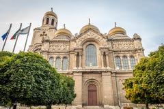 La cathédrale d'hypothèse avec les dômes d'or, Varna, Bulgarie Photos libres de droits