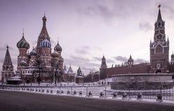 La cathédrale du basilic de saint sur le grand dos rouge à Moscou Image libre de droits