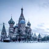 La cathédrale du basilic de saint sur le grand dos rouge à Moscou Photos libres de droits