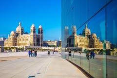 La cathédrale est reflétée dans le mur reflété Image libre de droits