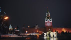 La cattedrale del basilico del san, orologio di Cremlino, parete di Cremlino, panorama, notte, nessuna gente archivi video