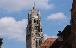 La cattedrale del san-Salvator della torre ed i tetti antichi di Bruges e un giorno soleggiato belgium fotografie stock