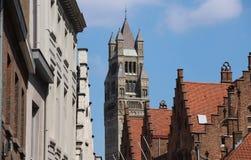La cattedrale del san-Salvator della torre ed i tetti antichi di Bruges e un giorno soleggiato belgium immagine stock
