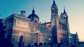 La cattedrale della chiesa di Almudena della La di Madrid osserva il tramonto Fotografia Stock