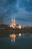 La cattedrale della st John Baptist da un tum di Ostrow di notte della luna piena Fotografie Stock