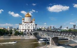 La cattedrale di Cristo il salvatore e il Patriarshy getta un ponte su in MOS Immagini Stock