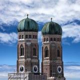 La cattedrale di Monaco di Baviera si eleva - Frauenkirche, Baviera, Germania Fotografie Stock Libere da Diritti
