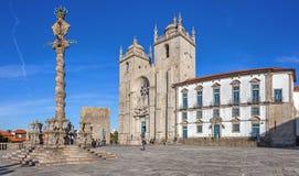 La cattedrale di Oporto o il Se Catedral fa Oporto e la gogna nel Se di Terreiro da del quadrato della cattedrale aka Fotografia Stock Libera da Diritti
